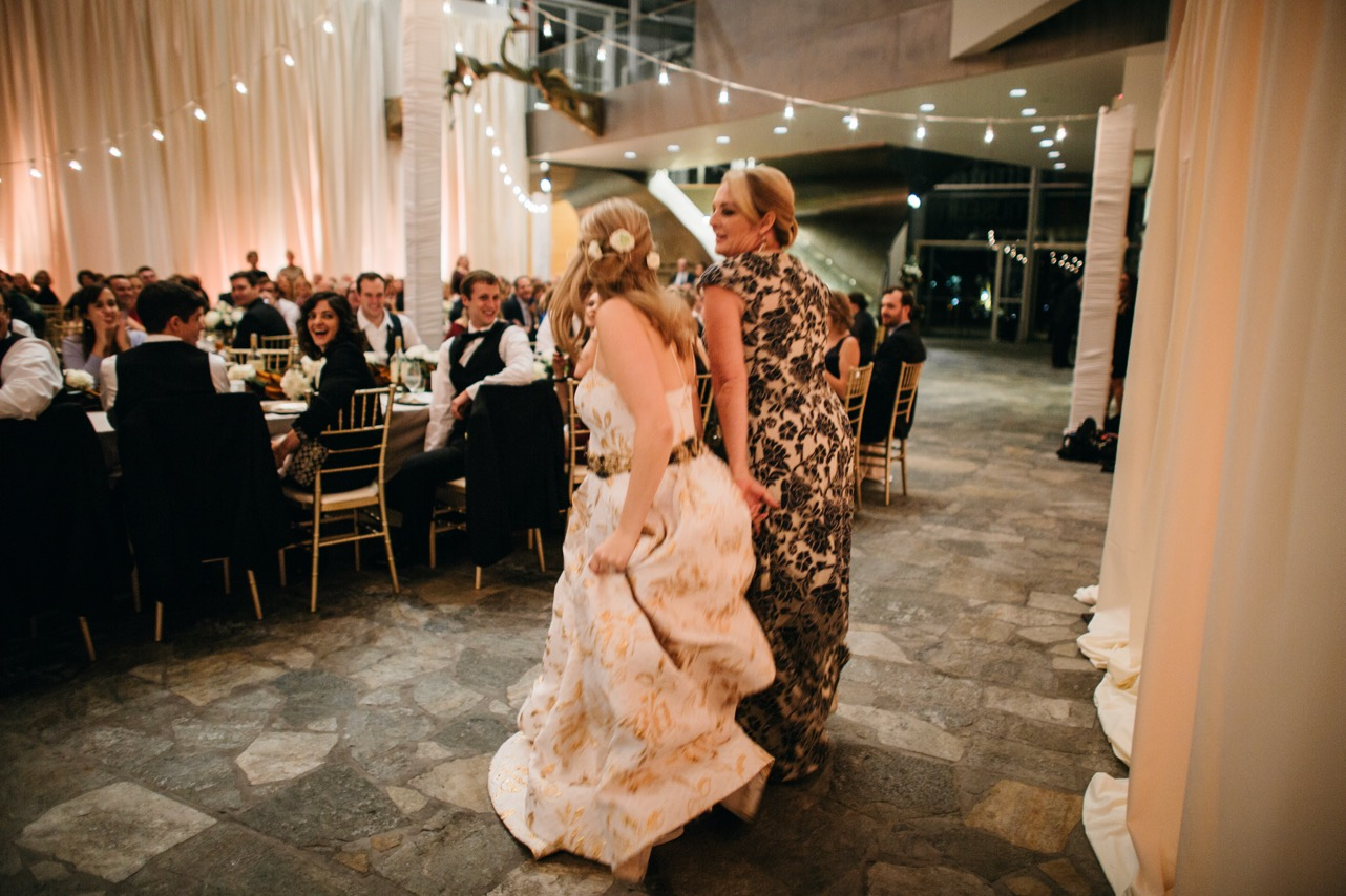 Bride dances with mom during her wedding at the Hunter Museum.