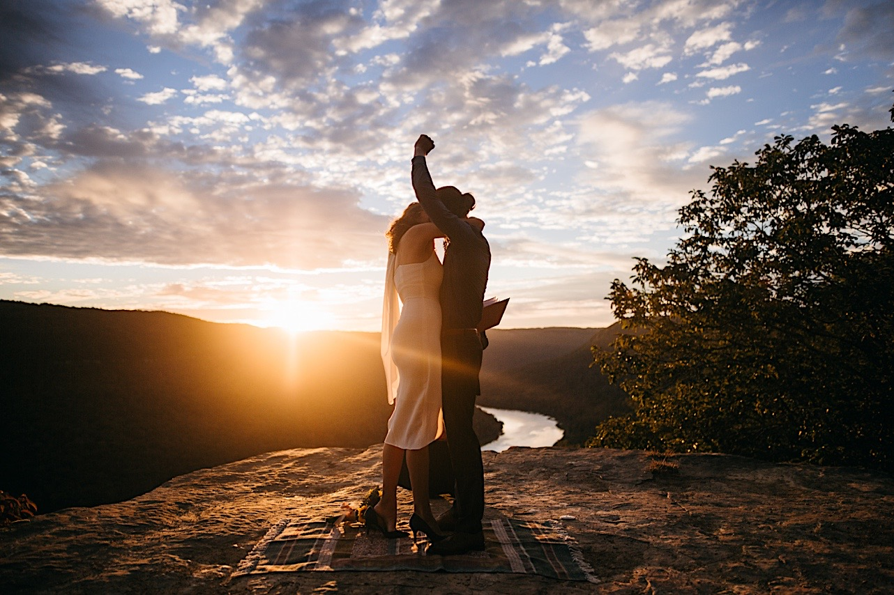 bride and groom kiss at their sunrise elopement at Snooper's Rock